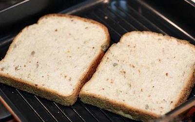 Làm nóng bánh mìsandwich bằng lò nướng hoặc bằng chảo chống dính (không dùng dầu ăn và để lửa nhỏ).
