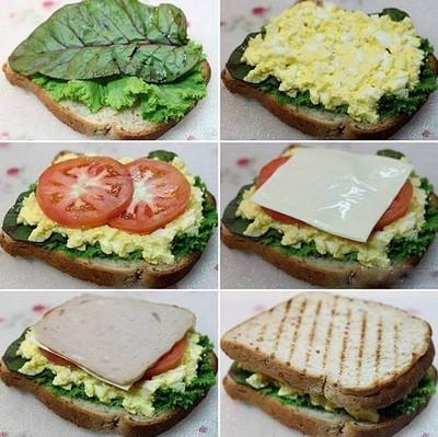 Lần lượt đặt lá rau diếp xoắn bên dưới, lá mù tạt trên, tiếp theo là lớp trứng, thêm hai lát cà chua mỏng, lát phô mai, tiếp đến là lát jambon. Cuối cùng đặt miếng sandwich còn lại lên trên.