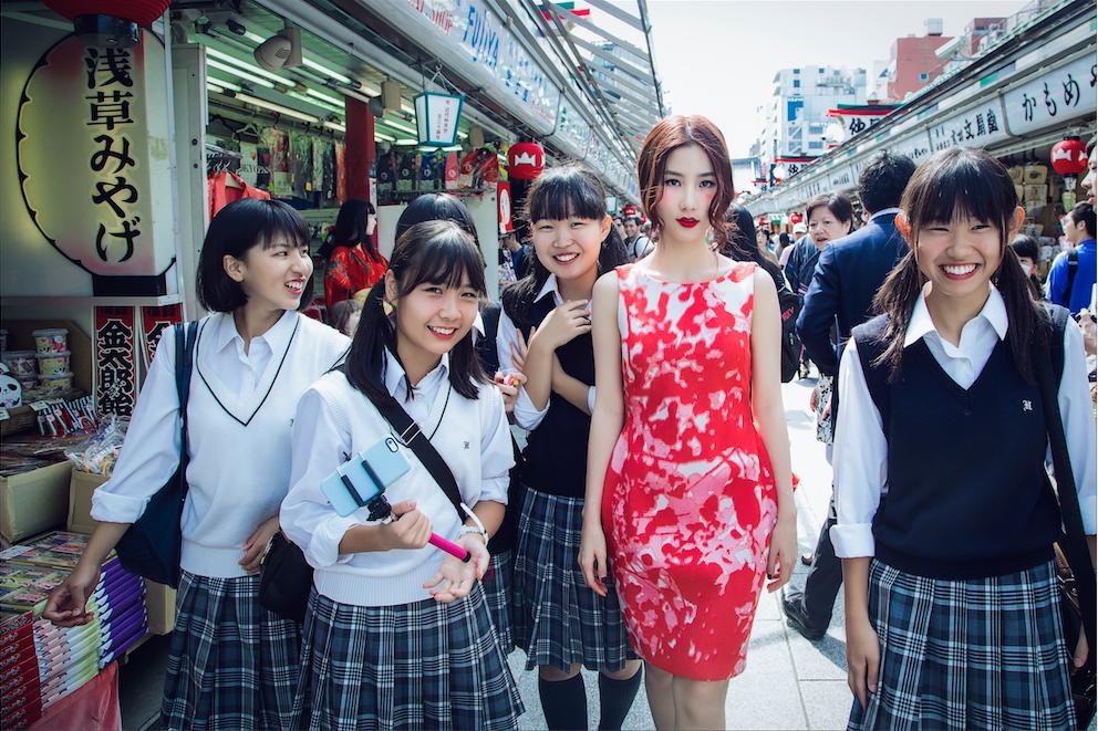"""Diễm My bên những """"bạn diễn ngẫu hứng"""" mà cô tình cờ gặp được trên đường phố Nhật. - Tin sao Viet - Tin tuc sao Viet - Scandal sao Viet - Tin tuc cua Sao - Tin cua Sao"""