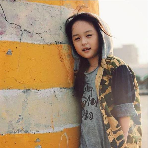 Vẻ mặt của cô bé ban đầu được cho là nét đẹp lai, tuy nhiên, cha mẹ bé lại đều là người ở tỉnh Phúc Kiến, Trung Quốc. (Ảnh: Internet)