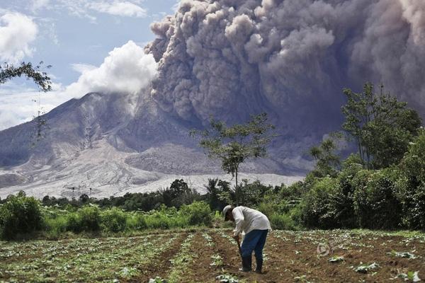 Bức ảnh núi lửa phun trào của phóng viên Binsar Bakkara được chụp vào ngày 13/6 tại Tiga Pancur, ở phía Bắc Sumatra, Indonesia.