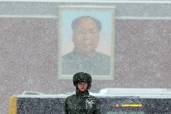 Bức ảnh của Ng Han Guan ghi lại cảnh một lính canh đang làm nhiệm vụ giữa trời tuyết trắng xóa vào ngày 22/11 tại quảng trường Thiên An Môn ở Bắc Kinh, Trung Quốc.