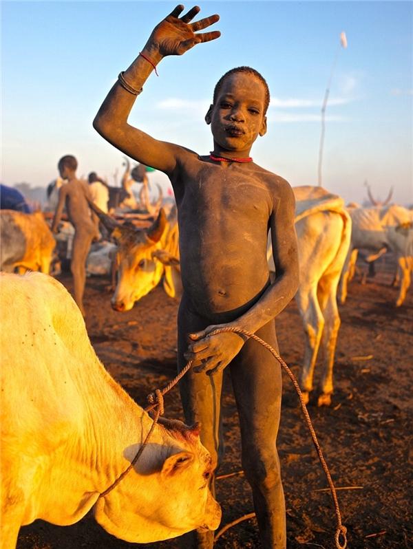 Một cậu bé thân thiện và cởi mở. Khi nhìn thấy Levison, cậu đã chào hỏi một cách đầy thiện cảm, đồng thời tặng nhiếp ảnh gia nàythùng sữa tươi vừa mới vắt.