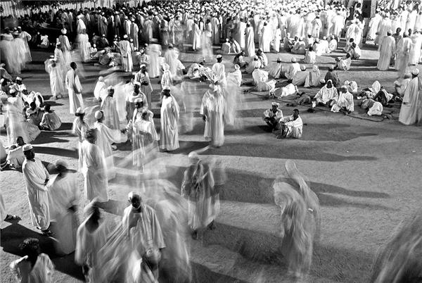 """Levison cũng đã chứng kiến một lễ hội của người theo Hồi giáo Sufi ở Kadabas. """"Thật kì lạ nhưng cảm giácrất tuyệt vời"""", đó là cảm nhận của Levison."""