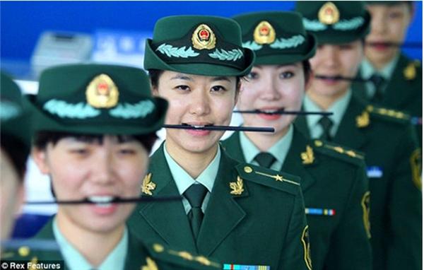 Ngay cả nhân viên ngành cảnh sát cũng phải tập cười để phục vụ người dân tốt hơn. (Ảnh: Internet)