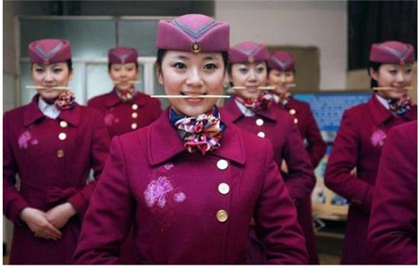 Nghe có vẻ khó tin nhưng thực tế thì bài tập này đã dần được áp dụng rộng rãi trong việc huấn luyện nhân viên tất cả các ngành dịch vụ tại Trung Quốc, kể cả công chức nhà nước. (Ảnh: Internet)