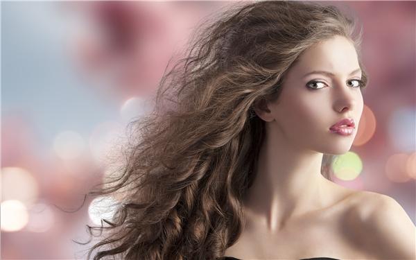 Trong mùa Xuân - Hè 2016, bạn sẽ bất ngờ khi phong cách tóc rối lên ngôi và chiếm lĩnh trái tim các nàng. Mái tóc búi hờ hững xoăn nhẹ và hơi rối sẽ có thể khiến bạn vừa phá cách, cá tính mà vẫn phóng khoáng, thời thượng.