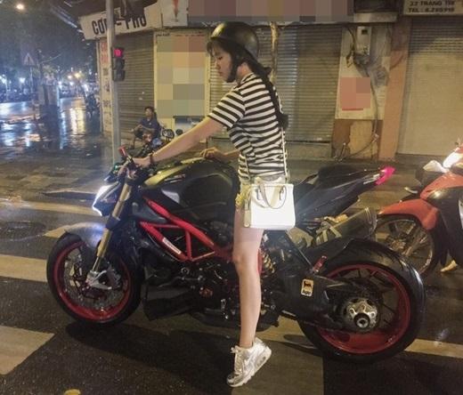 Hình ảnh cưỡi xe phân khối lớn gây sốt cộng đồng mạng của Kiều Trinh.(Ảnh: Internet)