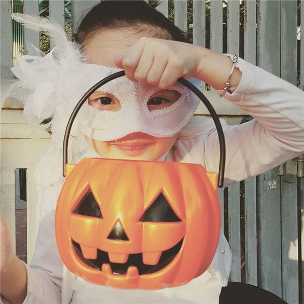 """""""Tiểu Châu Tấn"""" nhắng nhít hóa trang chơi Halloween.(Ảnh: Facebook)"""