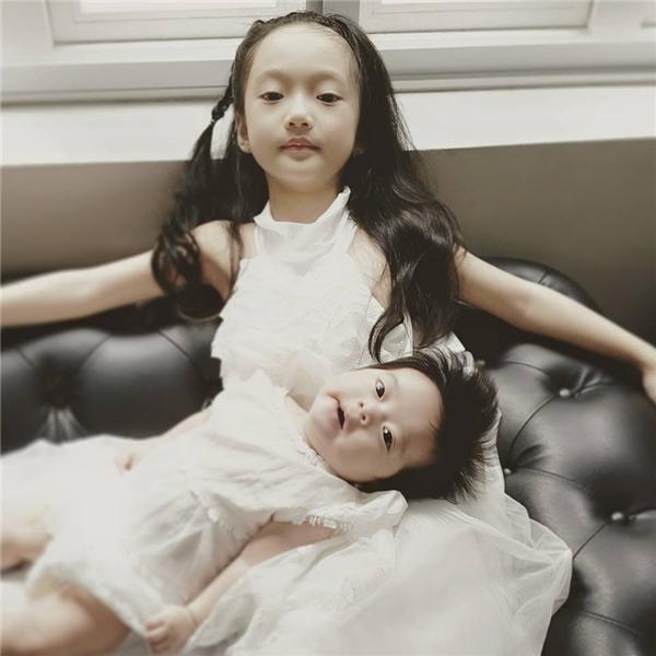 """""""Tiểu Châu Tấn"""" và em gái Anna.(Ảnh: Facebook)"""