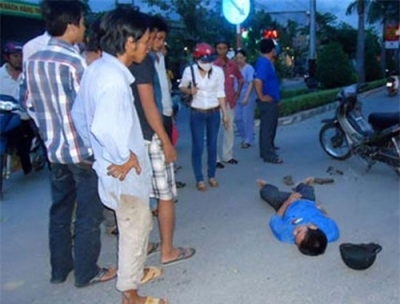 Thờ ơ đứng nhìn người gặp nạn bị thương.