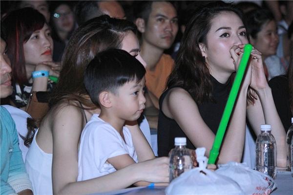 Subeo thích thú với câu lightstick để cổ vũ cho Sơn Tùng. - Tin sao Viet - Tin tuc sao Viet - Scandal sao Viet - Tin tuc cua Sao - Tin cua Sao