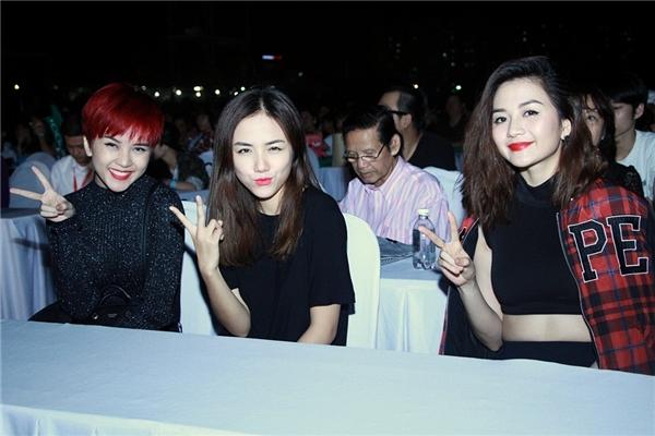 Cô nàng đi cùng chị gái Thiều Bảo Trang và cô bạn thân Phương Ly. - Tin sao Viet - Tin tuc sao Viet - Scandal sao Viet - Tin tuc cua Sao - Tin cua Sao