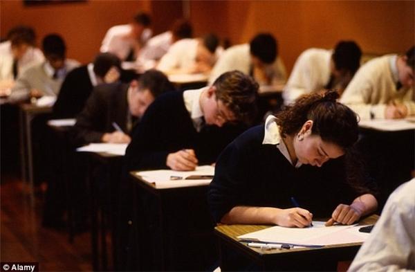 Tình trạng thiếu ngủ hay không ngủ đủ giấc gây ảnh hưởng tiêu cực tới thành tích học tập ở trường.