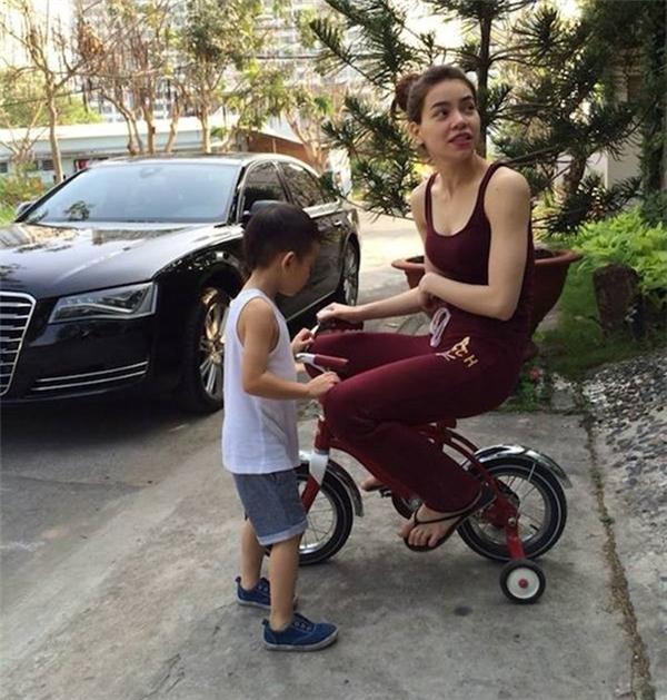 Nữ ca sĩ từng ngồi lên chiếc xe đạp 3 bánh nhỏ xíu của cậu con trai Subeo. - Tin sao Viet - Tin tuc sao Viet - Scandal sao Viet - Tin tuc cua Sao - Tin cua Sao