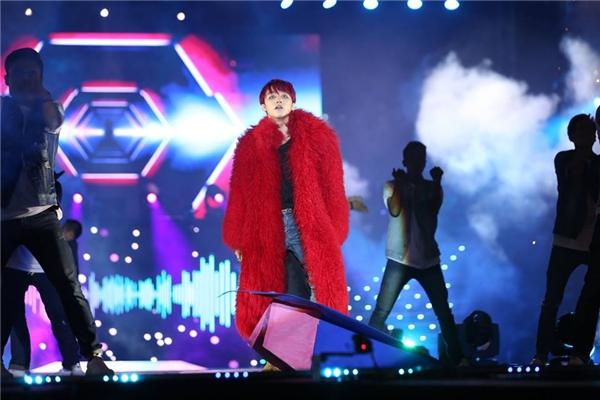 Nam ca sĩ mang đến bộ trang phục mang đậm âm hưởng của mùa thời trang Thu - Đông trên sân khấu qua chiếc áo khoác lông dày sụ. Tông màu đỏ nổi bật càng tạo nên sức hút cho Sơn Tùng trên sân khấu tối qua.