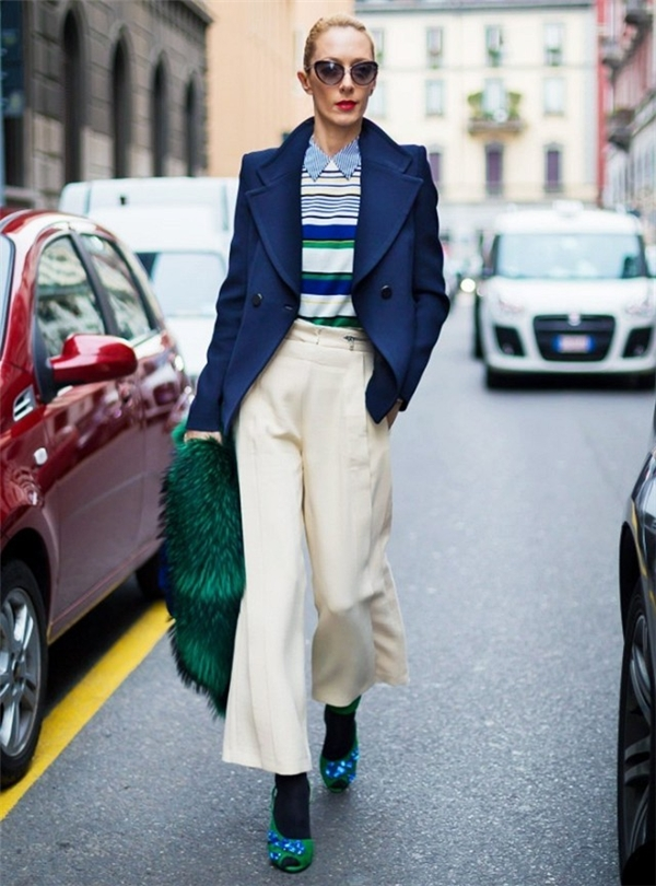 Thời trang cá tính với cách kết hợp màu rất ăn ý của giày, tất và trang phục.