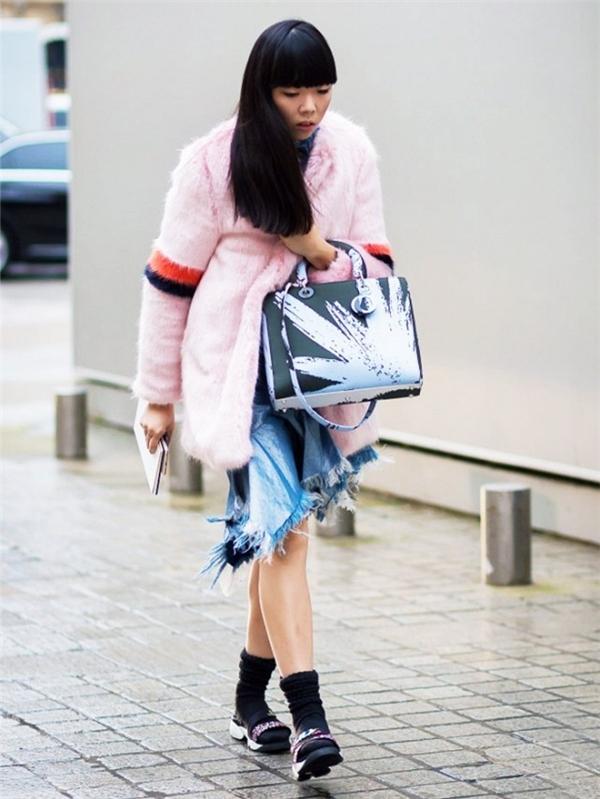 Không chỉ giữ ấm cho đôi chân, mẫu tất kết hợp sandals còn tăng vẻ sành điệu cho người mặc.