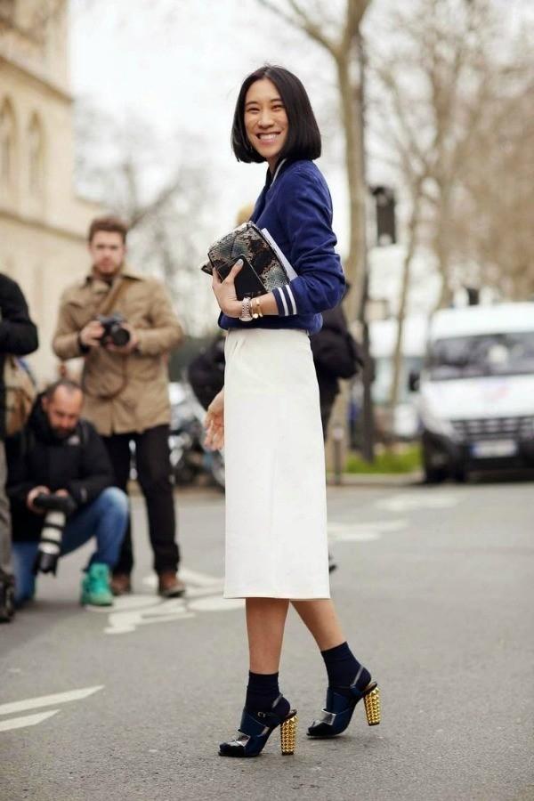 Cô nàng cá tính với áo jacket, váy bút chì và sandals, tất ngắn cổ.