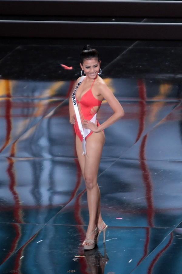 Tuy nhiên trên sân khấu, đại diện Việt Nam lại khá mờ nhạt bởi kĩ năng catwalk không đặc sắc.