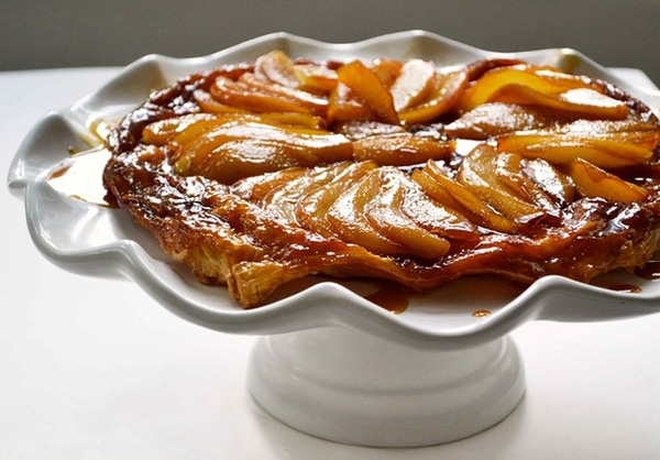 Bánh Tarte Tatin: Lớp vỏ thơm giòn kết hợp với phần táo tạo nên vị chua ngọt hài hòa là sự lựa chọn tuyệt vời cho mùa Giáng sinh. Ảnh: Recipeshubs.