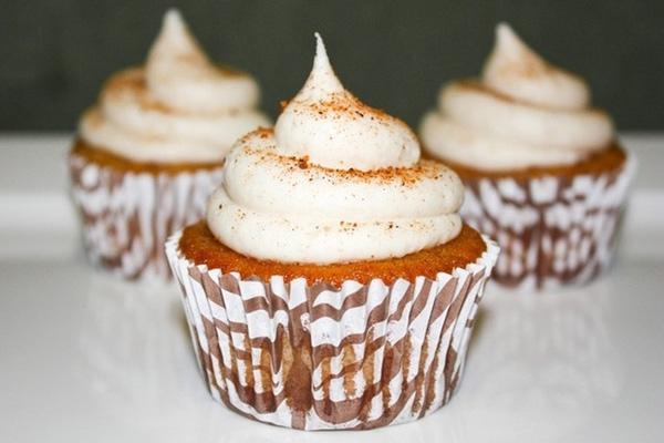 Bánh cupcake kem trứng: Một chiếc bánh cupcake chiffon, mịn màng với phần kem trứng bên trên, sẽ rất tuyệt vời cho mùa Giáng sinh. Ảnh: Javacupcake.
