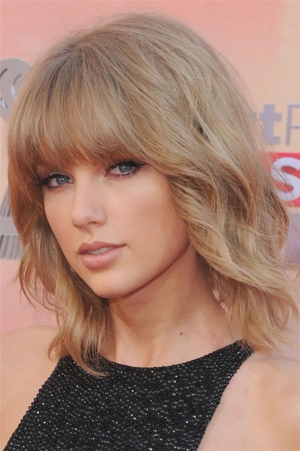 Taylor Swift và tóc lob uốn nhẹ và mái bằng: Với gương mặt có xương gò má cao, Taylor Swift đã giấu được nhược điểm nhờ kiểu tóc mềm mại.