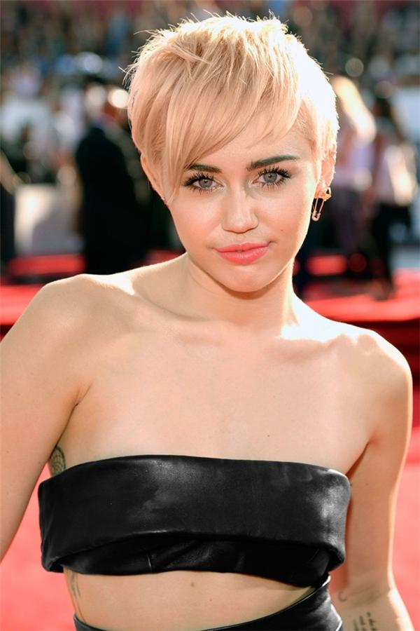 Miley Cyrus và tóc pixie nhuộm bạch kim: Lợi thế gương mặt nhỏ nhắn giúp Miley thoải mái với mẫu tóc trẻ trung này.