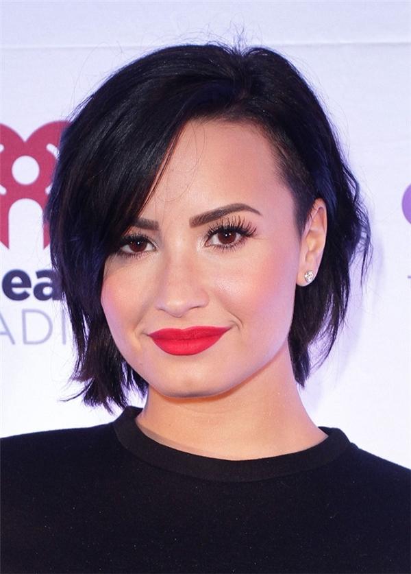 Demi Lovato với tóc bob mái dài: Kiểu tóc trẻ trung đồng thời có tác dụng thu gọn một phần gương mặt lớn của Demi.