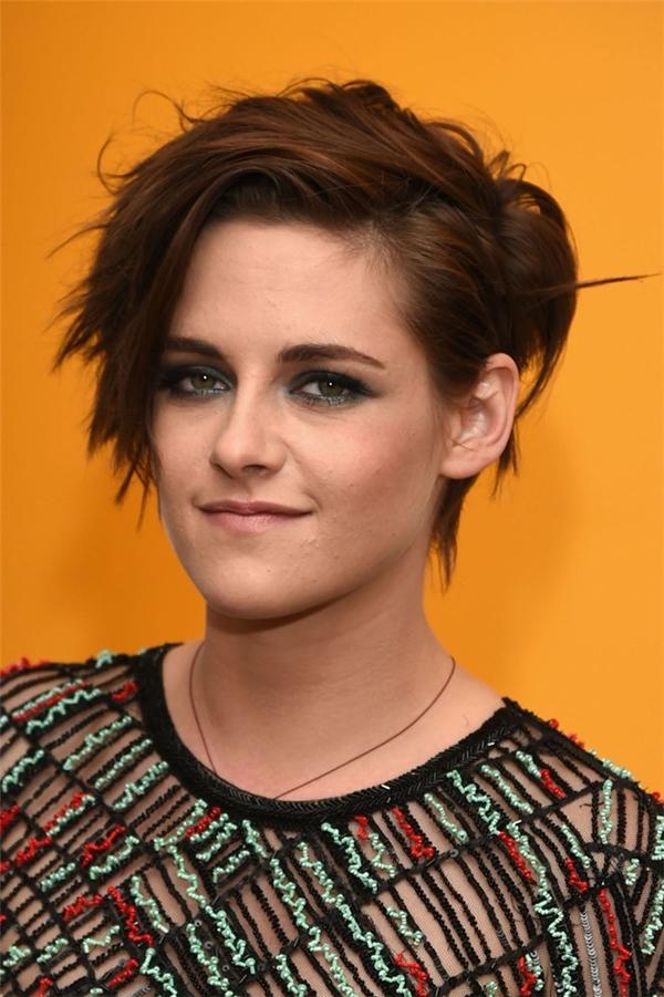 KristenStewart với Pixie mái lệch: Kiểu tóc với các đường cắtmạnh mẽ giúp làm tăng vẻ cá tính cho gương mặt oval của cô diễn viên xinh đẹp.