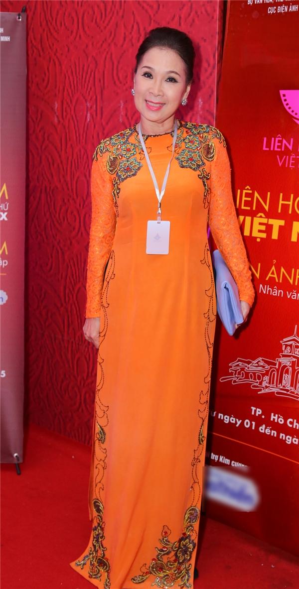 Nữ diễn viên gạo cội Kim Xuân trong bộ áo dài truyền thống. - Tin sao Viet - Tin tuc sao Viet - Scandal sao Viet - Tin tuc cua Sao - Tin cua Sao