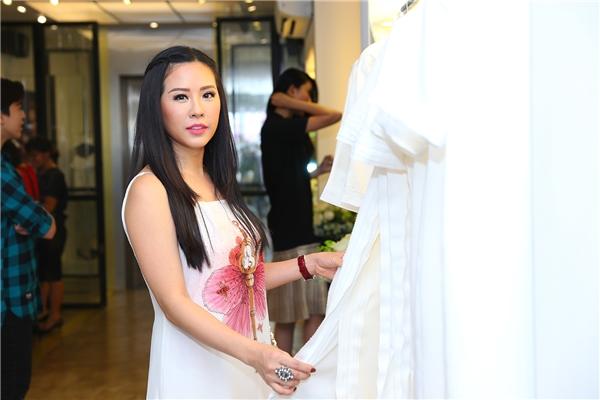 Hoa hậu Thu Hoài trẻ trung với một thiết kế lấy sắc trắng làm chủ đạo kết hợp họa tiết hoa màu hồng nhẹ nhàng. - Tin sao Viet - Tin tuc sao Viet - Scandal sao Viet - Tin tuc cua Sao - Tin cua Sao
