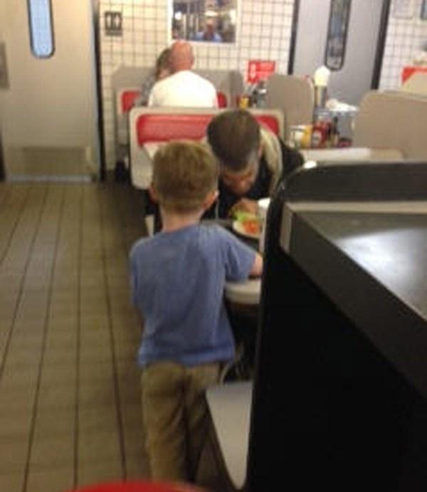 Josiahcòn đứng bên cạnh bàn ăn và hát cho người đàn ông ấy nghe khiến ông và 10 thực khách trong nhà hàng đều bật khóc vì xúc động. (Ảnh Internet)