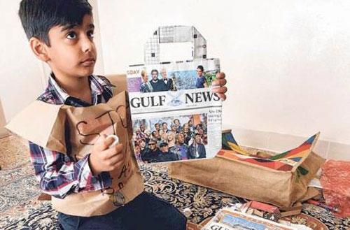 Cậu bé đã sử dụng chính khả năng và trí tưởng tượng của mình để sáng tạo nên chiếc túi được làm 100% từ nguyên liệu tái chế. (Ảnh Internet)