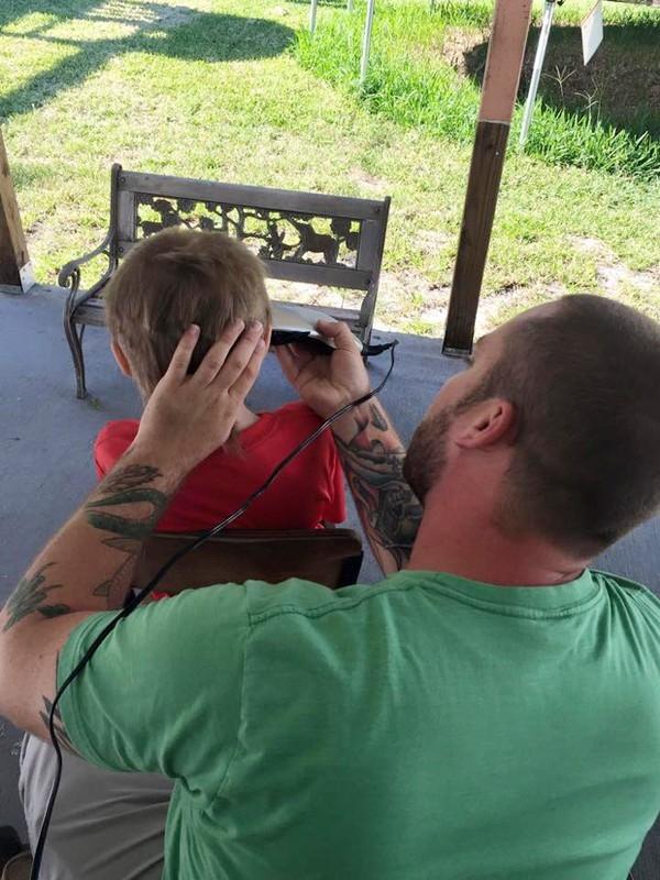 """Christian đang được bố """"xuống tóc"""". (Ảnh Internet)"""