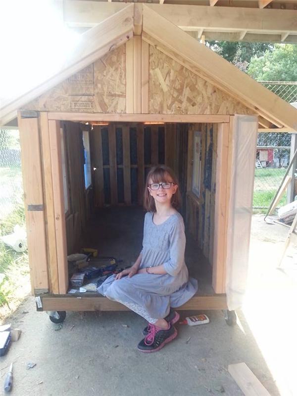Thật khó tin nhưng Hailey đã tự thi công phần lớn công đoạn của ngôi nhà, chỉ với một chút hướng dẫn từ mẹ và ông nội. Cô bé dự định sẽ trao ngôi nhà cho chú Edward - một người vô gia cư đã tạo cảm hứng cho công việc của Hailey. (Ảnh Internet)