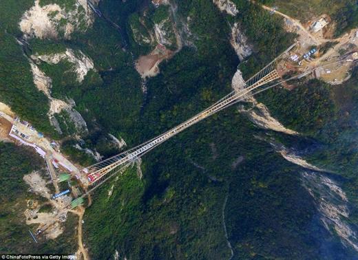 Quang cảnh ngoạn mục của cây cầu chụp từ trên cao. (Ảnh: Daily Mail)