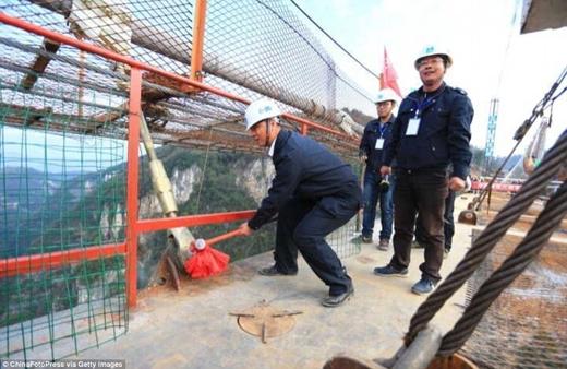 Ngắm cây cầu treo bằng kính dài nhất thế giới tại Trung Quốc