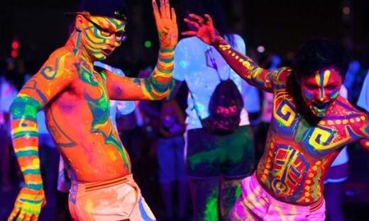 """Prisma là người anh em của Color me run, đường chạy đêm vào buổi tối rực rỡ sắc màu hoà cùng âm nhạc tưng bừng, người chơi sẽ thi nhau """"tắm ánh sáng"""" khi chạy qua cơn mưa Neon đủ màu(Ảnh Internet)."""