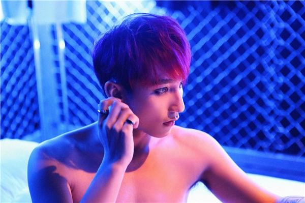 """Nam ca sĩ trẻ khiến fan """"bấn loạn"""" bởi hình ảnh bán nude quyến rũ. - Tin sao Viet - Tin tuc sao Viet - Scandal sao Viet - Tin tuc cua Sao - Tin cua Sao"""