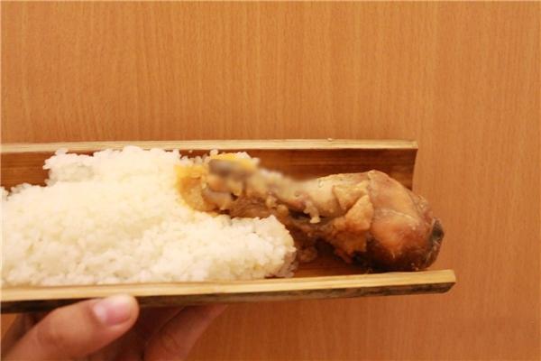 """Cơm gà bày trên dĩa đã quá quen thuộc, vậy tại sao không thưởng thức trong… ống? Chính vì hình thức độc lạ mà cơm gà ống tre đang được nhiều tín đồ ăn uống săn lùng. Thịt gà ướp vừa miệng, khá mềm lại thoảngmùi tiêu nhẹ nhẹ, cơm hấp trong ống tre nên mang một mùi thơm lạ mà cuốn hút vô cùng. Không thể không kể đến phần nước sốt vị chua nhẹ, ăn cùng với cơm gà thì ngon """"quên sầu"""".(Ảnh: Internet)"""
