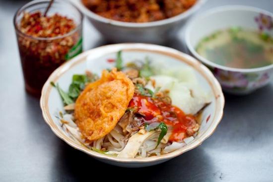 Thổi một làn gió lạ vào ẩm thực đường phố Sài Gòn, món phở chua Lạng Sơn khiến bao người nhớ nhung bởi hương vị và nguyên liệu lạ. Một chút chua chua của nước sốt me, beo béo của tóp mỡ, thêm nước dùng nóng hổi, trời vừa chuyển sang lạnh một chút mà nhâm nhi món này thì tuyệt vời.(Ảnh: Internet)