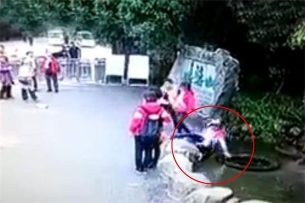 Clip nữ du khách mải lùi chụp ảnh bị lăn xuống giếng gây sốt mạng
