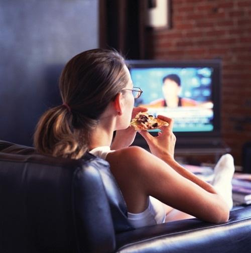 Vừa ăn sáng vừa xem tivi cũng là nguyên nhân khiến bạn nhanh tăng cân. Ảnh minh họa.