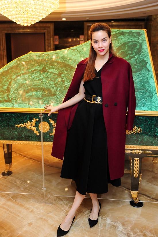 Vừa qua, khi tham dự một đêm tiệc tại TP.HCM, nữ ca sĩ Hồ Ngọc Hà xuất hiện rạng rỡ và thu hút trong bộ trang phục kết hợp giữa váy đen xòe kín cổng cao tường cùng áo khoác măng tô bên ngoài. Sắc đỏ rượu nồng nàn càng làm tăng thêm sự sang trọng, quý phái cho bà mẹ một con.