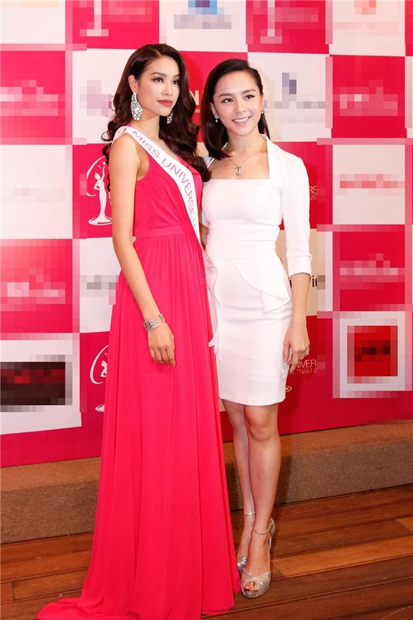 Ngày 2/12 vừa qua, Phạm Hương đã chính thức lên đường sang Mỹ để tham dự Hoa hậu Hoàn vũ Thế giới 2015. Trong buổi tiệc ra mắt báo giới trước đó vào ngày 30/11, người đẹp đất Cảng thu hút mọi ánh nhìn khi diện bộ váy xòe rũ có màu hồng tươi.