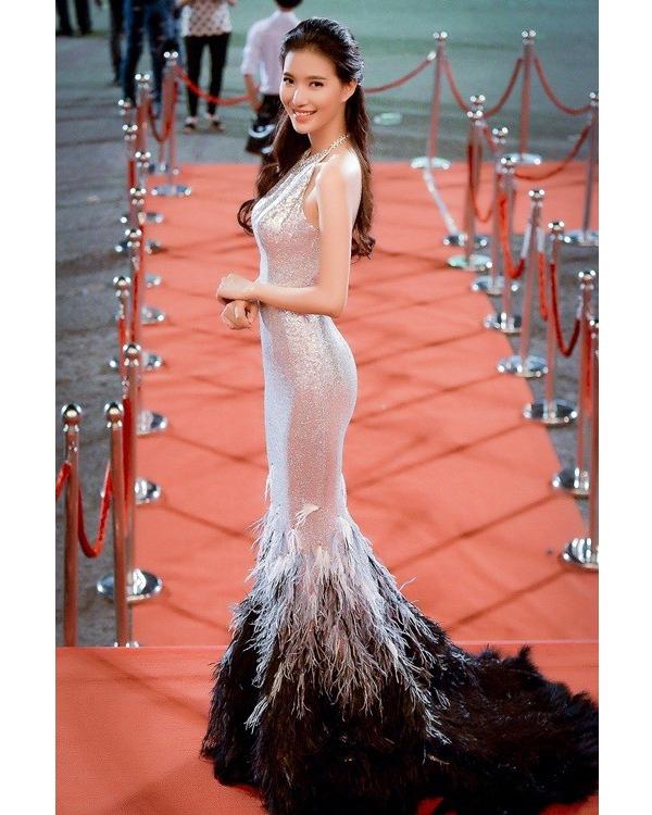 Sắc bạc ánh kim cùng chi tiết lông đính kết giúp MC Thùy Linh không thể hòa lẫn vào đâu trong ngày khai mạc Liên hoan Phim Việt Nam. Người đẹp Hà thành được khen ngợi có gu thời trang ngày càng tinh tế, sang trọng.