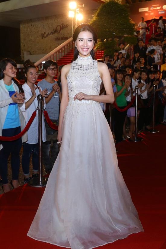 Trong đêm bế mạc sự kiện này, Thùy Linh lại tiếp tục trở thành tâm điểm với dáng váy xòe cổ yếm nhưng vẫn vô cùng thanh lịch, sang trọng.