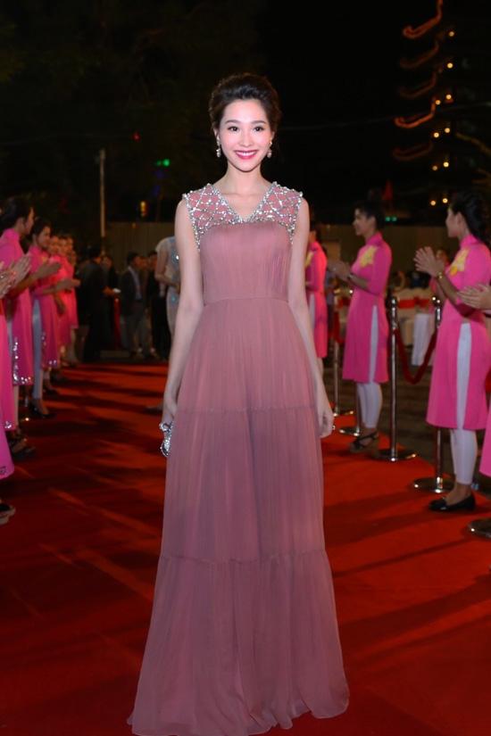 Hoa hậu Việt Nam 2012 Đặng Thu Thảo được bình chọn là mĩ nhân diện váy dạ hội đẹp nhất tại đêm tiệc bế mạc này. Sắc hồng nâu cùng chất liệu vải mềm mại tôn lên nét đẹp dịu dàng, quyến rũ của người đẹp gốc Bạc Liêu.