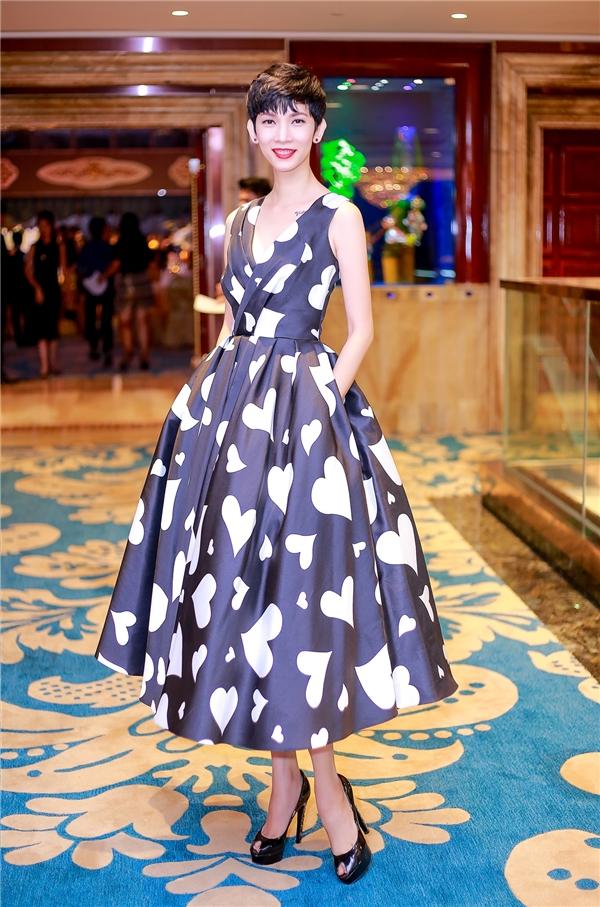 Diện hai thiết kế mới nhất nằm trong bộ sưu tập Thu - Đông của Đỗ Mạnh Cường, nếu như Linh Nga trông hiện đại, ấn tượng với những họa tiết tim đan lồng vào nhau thì Xuân Lan lại nhẹ nhàng, nền nã hơn với dáng váy xòe gấp nếp.